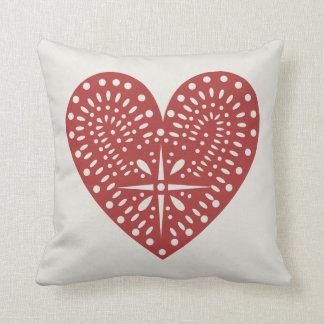El recorte rojo del corazón inspiró la almohada