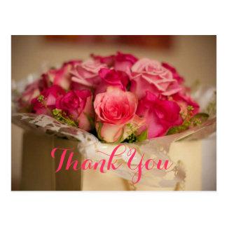 El regalo de boda rosado fresco del ramo de los tarjeta postal