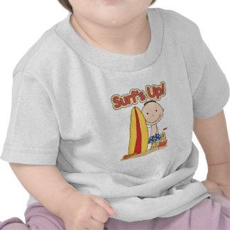El regalo que practica surf ascendente de la camiseta