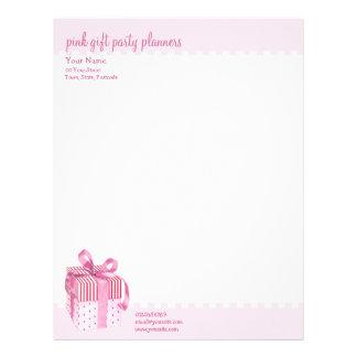 El regalo rosado raya el papel con membrete plantillas de membrete