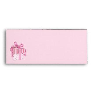 El regalo rosado raya el sobre del papel con membr