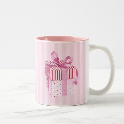 El regalo rosado raya la taza