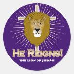¡Él reina! El león de los PEGATINAS de Judah Etiquetas Redondas