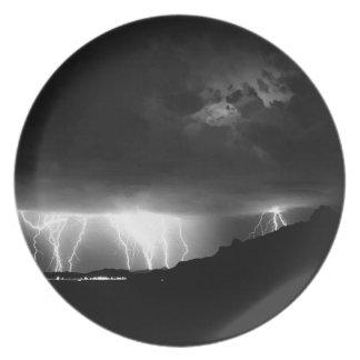 El relámpago de la tormenta llueve abajo plato