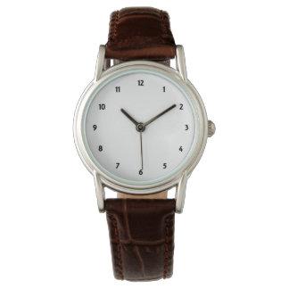 El reloj clásico para mujer de la correa de cuero