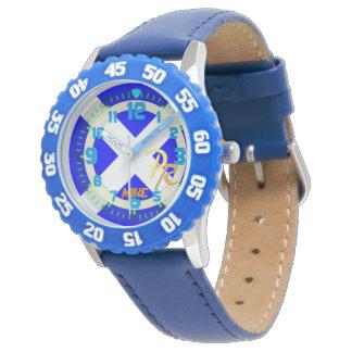 El reloj de los niños de los deportes acuáticos de