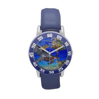 El reloj de mar del niño en peligro de las tortuga