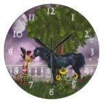 El reloj de pared negro pasado del unicornio