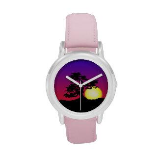 El reloj del chica de la puesta del sol de la