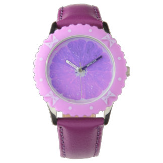 El reloj del chica púrpura de la fruta cítrica