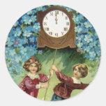 El reloj del vintage da vuelta a medianoche pegatinas redondas