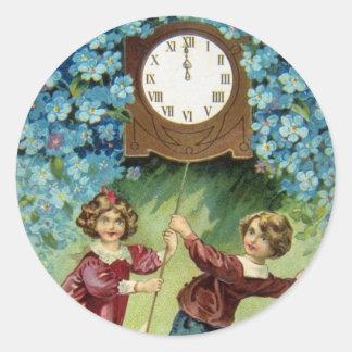 El reloj del vintage da vuelta a medianoche pegatina redonda