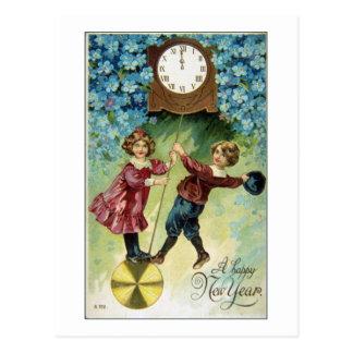 El reloj del vintage da vuelta a medianoche postal