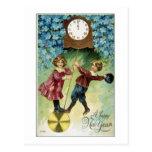 El reloj del vintage da vuelta a medianoche postales