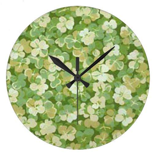 El reloj redondo del jardín verde