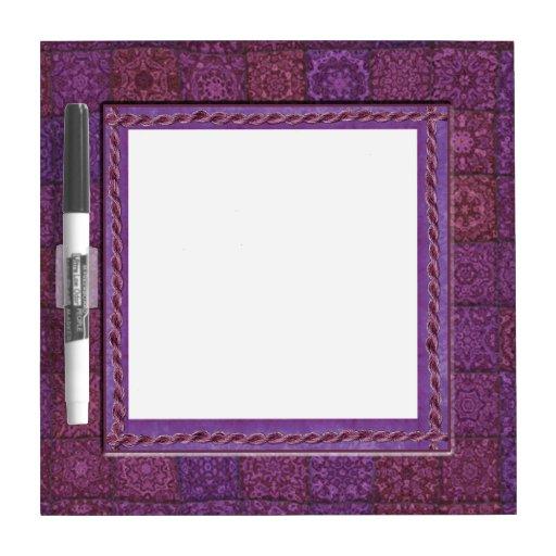 El remiendo púrpura adornó el marco tablero blanco