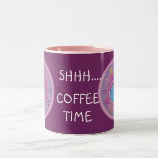 El remolino bonito femenino de encargo circunda taza de café de dos colores