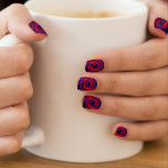 El remolino púrpura agita clavos de la moza pegatina para uñas