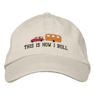 El remolque y el coche de campista esto es cómo gorra de béisbol bordada
