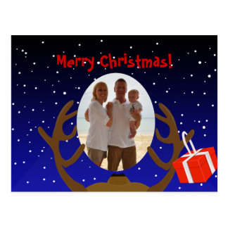 El reno de Santa en la noche con un presente Tarjetas Postales