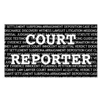 El reportero de corte redacta la tarjeta de visita