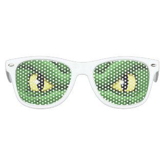 El reptil observa las gafas de sol de los niños lentes de fiesta