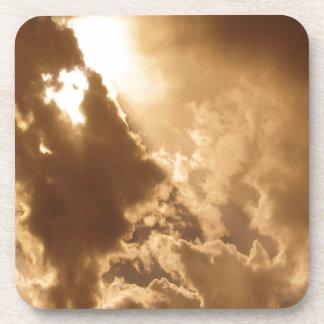 El resplandor de oro del cielo brilla posavaso
