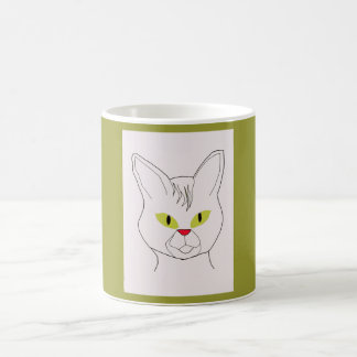 El retrato del gato con la aceituna observa la taz taza de café