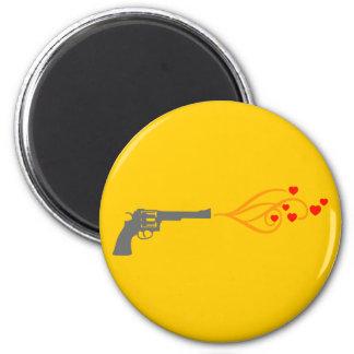 el revólver tira corazones imán redondo 5 cm
