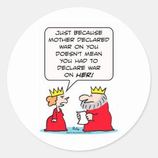 El rey declara guerra en la madre de reina pegatina redonda