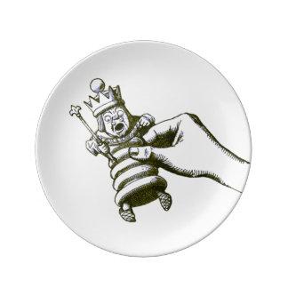 El rey del ajedrez por Tenniel Platos De Cerámica