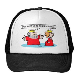 El rey dice a la reina que los reyes tienen que se gorro