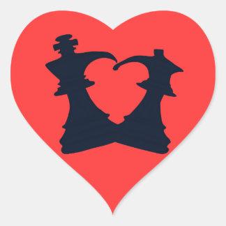 El rey y la reina están en amor pegatina en forma de corazón