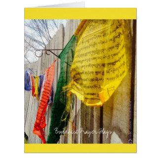 El rezo budista señala la foto por medio de una tarjeta de felicitación grande