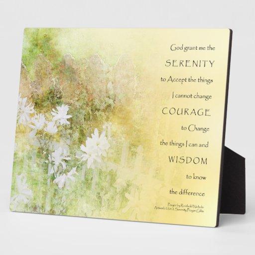 El rezo de la serenidad cerca la placa de las flor