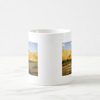 El rezo de la serenidad con la foto hermosa de la  taza básica blanca