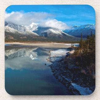 El río de Athabasca en parque nacional de jaspe Posavasos