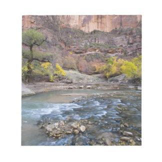 El río de la Virgen en otoño en el parque nacional Bloc De Papel