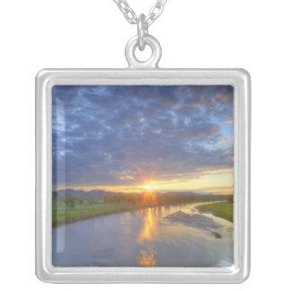 El río del polvo coge la luz pasada en Custer Collar Plateado