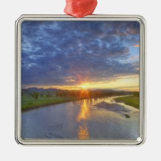 El río del polvo coge la luz pasada en Custer Adornos De Navidad