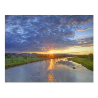 El río del polvo coge la luz pasada en Custer Tarjeta Postal