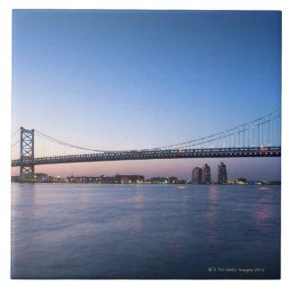 El río Delaware, puente de Ben Franklin Azulejo Cuadrado Grande