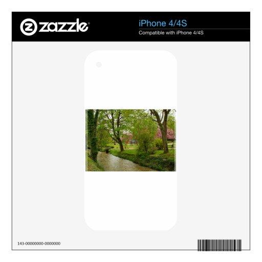 el río fangoso cerca del rosa del prunus florece e calcomanía para el iPhone 4