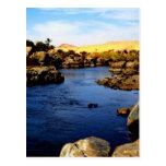 El río Nilo en el río de Asuán - desierto del Postal