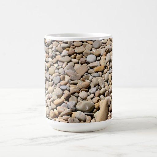 El río oscila los guijarros tazas de café
