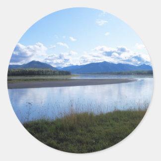el río Yukón en ak del águila Pegatina Redonda