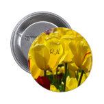 El RN abotona el cuidado amarillo de las flores de Pins