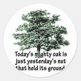 El roble poderoso de hoy es apenas la nuez de ayer pegatina redonda