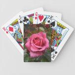 El rocío besó naipes color de rosa rosados baraja de cartas