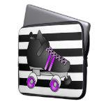 El rodillo Derby patina negro y púrpura Funda Computadora